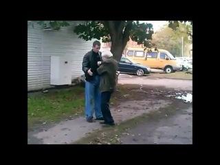 Драка: Молодой парень заступился за старика